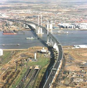 Queen Elzabeth II Brücke (unten links die Einfahrt zum Dartford Tunnel)